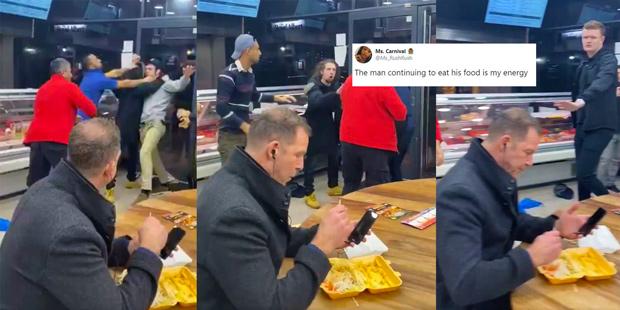 Lingkungan Rusuh, Pria Tenang Saja Makan Kebab