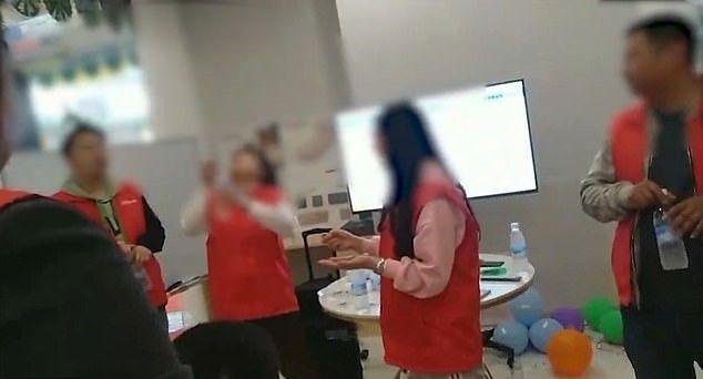 Makan Cacing hingga Minum Kencing, Ini Hukuman Horor Karyawan di China Jika Malas Kerja!