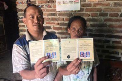 Saling Perhatian dan Jatuh Cinta, Pemuda 36 Tahun Nikahi Nenek 71 Tahun
