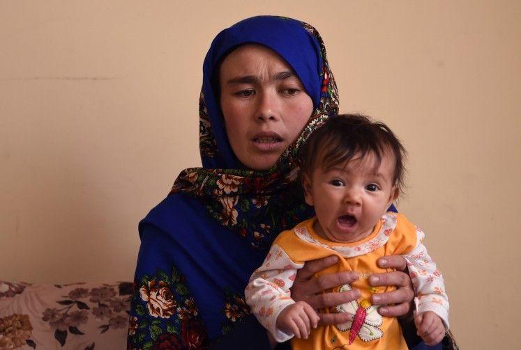 Salut Bener! Perempuan Asal Afghanistan Ikut Ujian Sambil Gendong Anak